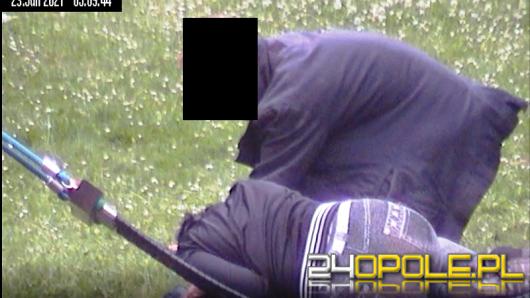 Okradł kobietę, która zasnęła na hamaku. Złodzieja uchwycił miejski monitoring