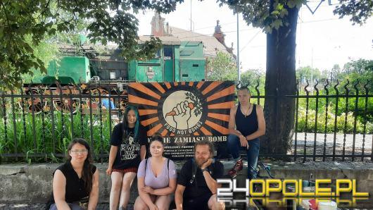 """Wolontariusze z akcji """"Jedzenie Zamiast Bomb karmili bezdomnych przez 7 miesięcy"""
