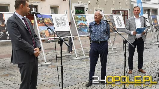 96. urodziny obchodzi Andrzej Hamada. Na rynku można podziwiać wystawę jego prac