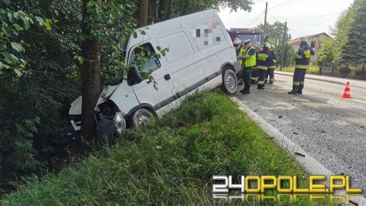 Samochód dostawczy wjechał do rowu i uderzył w drzewo