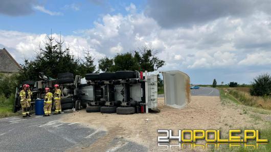 Ciężarówka przewróciła się na jezdnię. Droga Wojewódzka nr 401 zablokowana