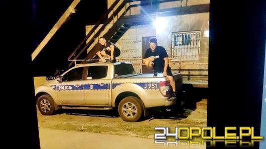 Skakali po radiowozach i wstawili fotki na Facebooka. Grozi im do 5 lat więzienia