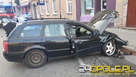 Rozbił samochód pod brzeskim Urzędem Pracy. Policja poszukuje kierującego audi