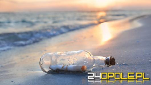 Morze wyrzuciło butelkę z listem. Jego treść łamie serce
