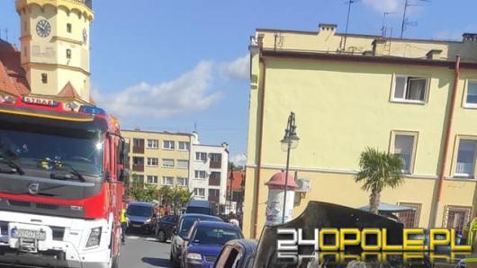 Samochód osobowy spłonął na rynku w Otmuchowie