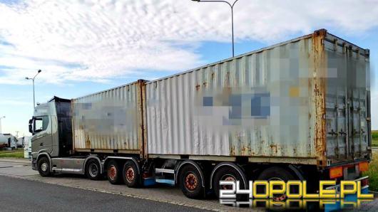 Kierujący zespołem pojazdów nie korzystał z przerw, a pojazd przeładowany był o 23 tony!