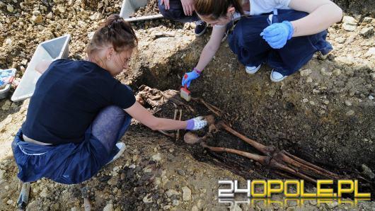 Trwa ekshumacja więziennego cmentarza w Strzelcach Opolskich