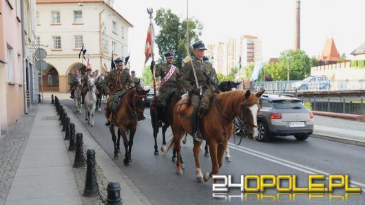 Parada Kawalerii w Opolu. Przez miasto przeszli ułani w towarzystwie historycznych pojazdów