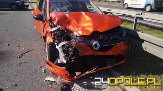 Niebezpieczne zdarzenie na autostradzie. Renault uderzyło w bariery