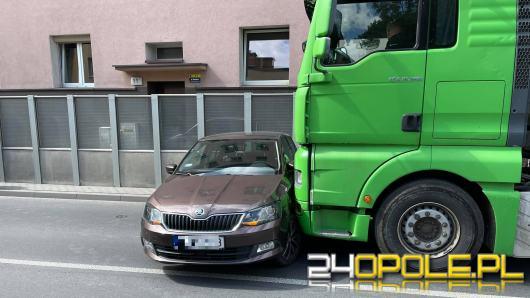 Kolizja ciężarówki z osobówką na Placu Kazimierza