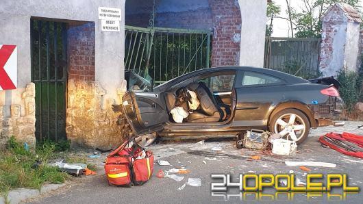 Samochód uderzył w mur pałacu w Janowie. Kierowca z promilami, jedna osoba nie żyje