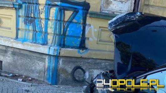 Kędzierzyn-Koźle: Kobieta kierująca bmw uderzyła w mur kamienicy