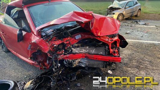 Czołowe zderzenie aut na DK45 w Jasieniu. Dwie osoby trafiły do szpitala