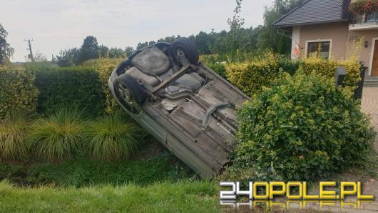 Dachowanie audi w Przeczy. Auto wbiło się w ogród przed posesją