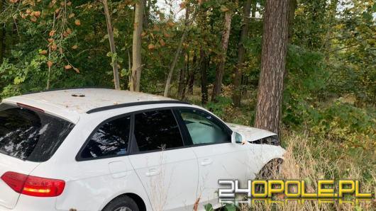 32-latek uciekał swoim audi przed policjantami. Podróż zakończył na drzewie