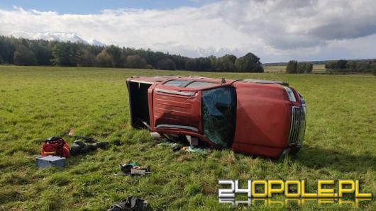 Wypadek w powiecie oleskim. Auto dachowało poza drogą