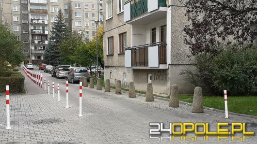 Kurczą się miejsca parkingowe na ulicy Skautów Opolskich. Mieszkańcy utrudniają sobie nawzajem