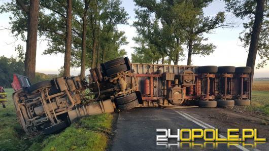 Samochód ciężarowy leży na drodze. Dw 416 zablokowana