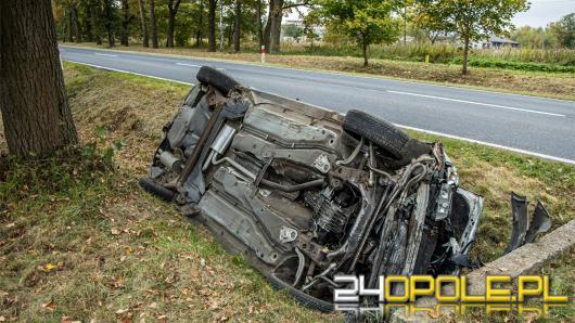 Kierowca osobówki wjechał do rowu. Niebezpiecznie na DK45