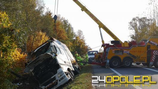 Niebezpiecznie na drogach. Ciężarówka wpadła do rowu w Chrząstowicach