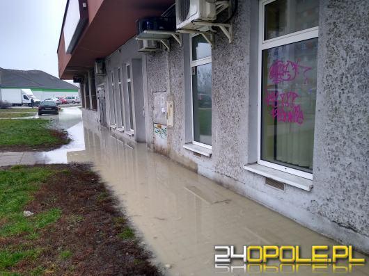 Awaria sieci wodociągowej - Opole, osiedle AK fot. Czesław